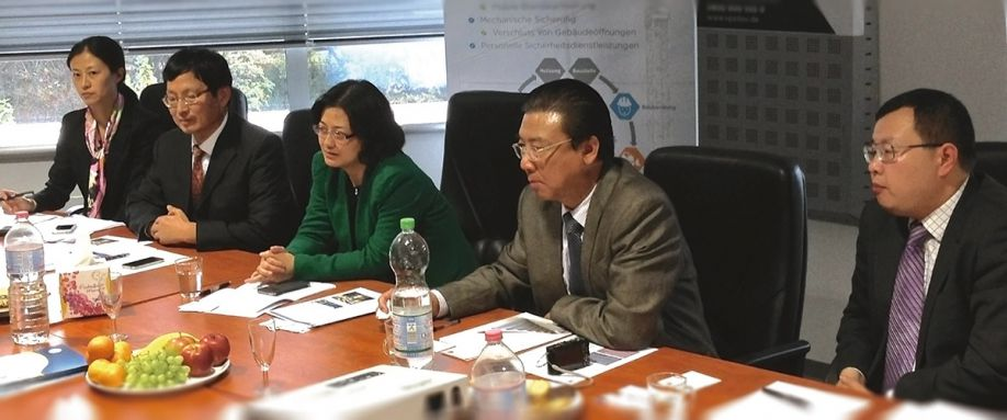 Guests in Berlin: Ms. Zhong Xiaomin, Vice Chairman of Shanghai Municipal Commission of Commerce (SCOFCOM) (Middle) with members of the delegation Ms. Yu Ling, Assistant Division Director of Shanghai Municipal Commission of Commerce (SCOFCOM) and Assistant Division Director of CSITF Organizing Committee Preparatory Office, Mr. Jiang  Xuegen, Vice Division Director of Shanghai Municipal Commission of Commerce (SCOFCOM) and Division Director of CSITF Organizing Committee Preparatory Office, (left), Mr. Hong Yongqing, Deputy Director General of Shanghai Intellectual Property Administration (SIPA) and Mr. Yang Bing, Chief representative of Shanghai Foreign Investment Development Board (Frankfurt Office) (right)